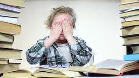 La muchacha cansada lee el libro y se cae dormido Fondo blanco almacen de metraje de vídeo