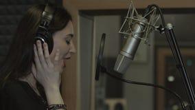 La muchacha canta bien en el estudio de grabación metrajes