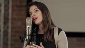 La muchacha canta en el restaurante Fotos de archivo libres de regalías