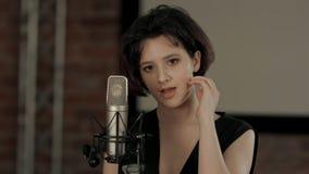 La muchacha canta en el restaurante Fotografía de archivo libre de regalías