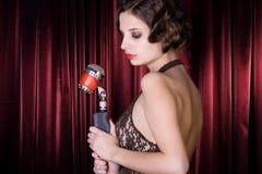 La muchacha canta en el restaurante. Imagen de archivo libre de regalías