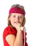 La muchacha canta y finge su cuerda de salto es micrófono Imagen de archivo