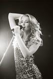 La muchacha cantante Fotos de archivo libres de regalías