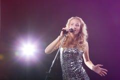 La muchacha cantante Fotografía de archivo libre de regalías