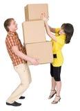 La muchacha carga al hombre con las cajas de cartón Imagenes de archivo