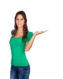 La muchacha casual atractiva en verde con la mano extendió Imagen de archivo libre de regalías