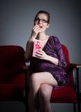 La muchacha caucásica atractiva en sus 30 tiró en estudio Imagen de archivo libre de regalías