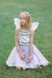 La muchacha caucásica blanca rubia del niño del niño con el pelo largo que lleva las alas de hadas rosadas y el tutú Tulle bordea Imagen de archivo libre de regalías