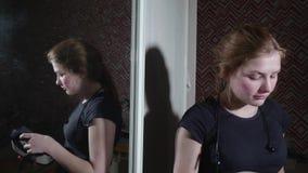 La muchacha caucásica en camiseta negra habla de su impresión sobre usar los vidrios de VR almacen de metraje de vídeo