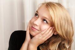 La muchacha caucásica rubia hermosa está mirando para arriba con sonrisa Imagen de archivo libre de regalías