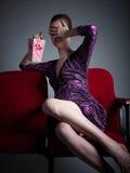 La muchacha caucásica atractiva en sus 30 tiró en estudio Fotos de archivo libres de regalías