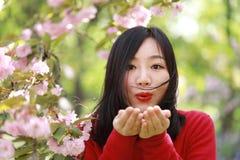 La muchacha causual descuidada libre de la belleza con las flores en parque de la primavera disfruta de tiempo libre Imágenes de archivo libres de regalías