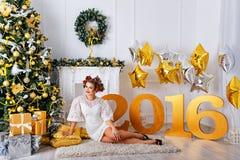 La muchacha cerca de un árbol de navidad 2016 Foto de archivo