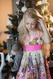 La muchacha cerca de un árbol de navidad con un conejo preferido del juguete, cajas, la Navidad, Año Nuevo, forma de vida, día de Fotos de archivo