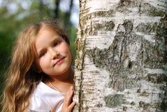 La muchacha cerca de un abedul Imagen de archivo