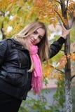 La muchacha cerca del árbol Imágenes de archivo libres de regalías