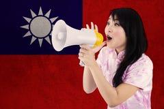 La muchacha china felicita Año Nuevo chino Fotos de archivo
