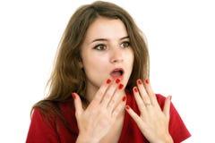 La muchacha chocada cubre su boca con las manos Imágenes de archivo libres de regalías