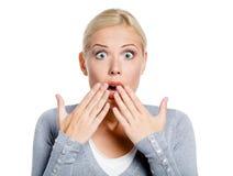 La muchacha chocada cubre la boca con las manos Imágenes de archivo libres de regalías