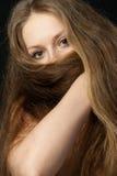 La muchacha cierra el pelo largo la parte inferior fotografía de archivo