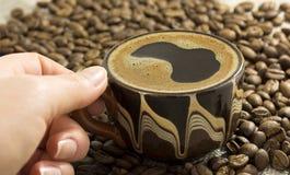 La muchacha coge la taza con café Fotos de archivo libres de regalías
