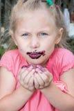 La muchacha come bayas imágenes de archivo libres de regalías