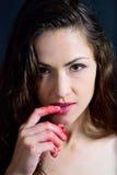 La muchacha come el finger del atasco de frambuesa Fotos de archivo libres de regalías