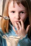 La muchacha come el helado Fotografía de archivo libre de regalías