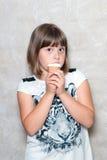 La muchacha come el helado Imagen de archivo