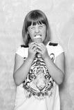 La muchacha come el helado Imagen de archivo libre de regalías