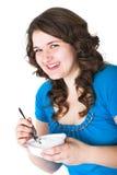 La muchacha come el requesón Fotos de archivo libres de regalías