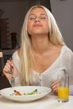 La muchacha come la ensalada sabrosa 2 Foto de archivo