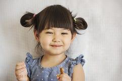 La muchacha come la galleta fotografía de archivo libre de regalías