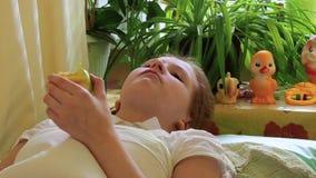 La muchacha come la manzana que miente en cama almacen de metraje de vídeo