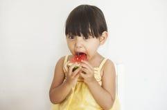 La muchacha come la sandía foto de archivo libre de regalías