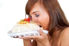La muchacha come la torta Fotos de archivo libres de regalías