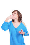 La muchacha come la torta Fotografía de archivo