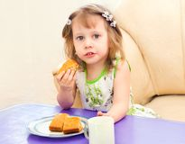 La muchacha come un pedazo de la empanada Foto de archivo