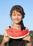 La muchacha come una sandía al aire libre Fotografía de archivo libre de regalías