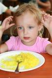 La muchacha comió el arroz y quiere no más imagen de archivo libre de regalías