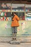 La muchacha compra el caramelo en una tienda de vecindad, Pekín, China Imagen de archivo libre de regalías
