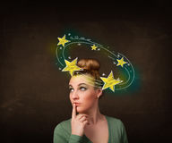 La muchacha con amarillo protagoniza circleing alrededor de su ejemplo principal Imagen de archivo libre de regalías