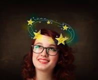 La muchacha con amarillo protagoniza circleing alrededor de su ejemplo principal Fotografía de archivo libre de regalías