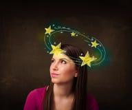La muchacha con amarillo protagoniza circleing alrededor de su ejemplo principal Foto de archivo libre de regalías