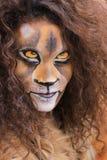 La muchacha con la cara del león bodypaint Foto de archivo