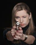 La muchacha con el arma Imagenes de archivo