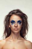 La muchacha con el azul extravagante de la moda compone Foto de archivo