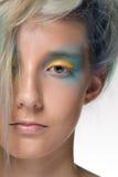 La muchacha con el colorante de pelo profesional y creativos componen en estilo del pavo real Fotografía de archivo libre de regalías