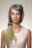 La muchacha con el colorante de pelo profesional y creativos componen en estilo del pavo real Imagen de archivo