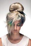 La muchacha con el colorante de pelo profesional y creativos componen en estilo del pavo real Fotos de archivo